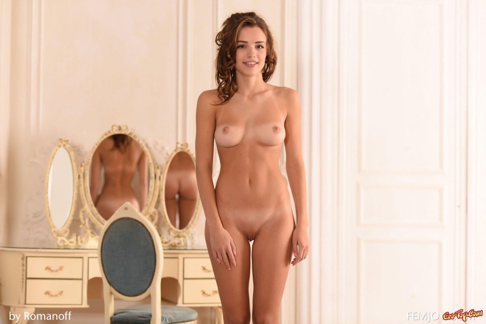 Обнаженная красавица с натуральными формами секс фото