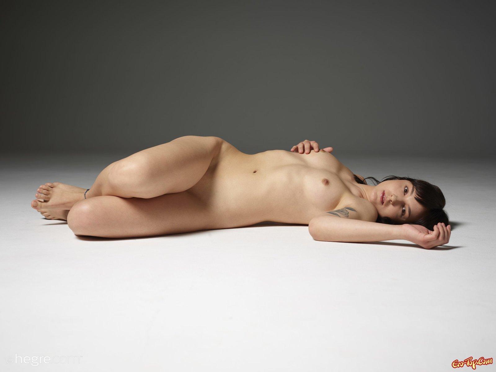 Сняв халатик скромная сучка красуется на полу
