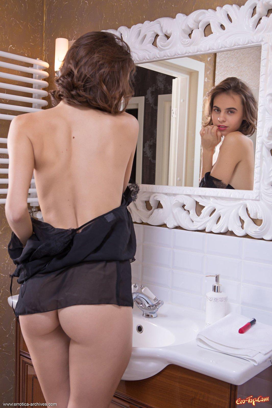 Нагая красотка в ванной комнате