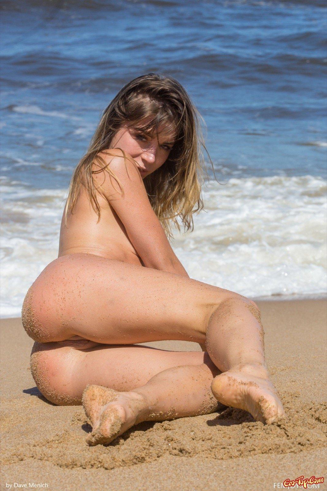 Голая девица купается в море смотреть эротику