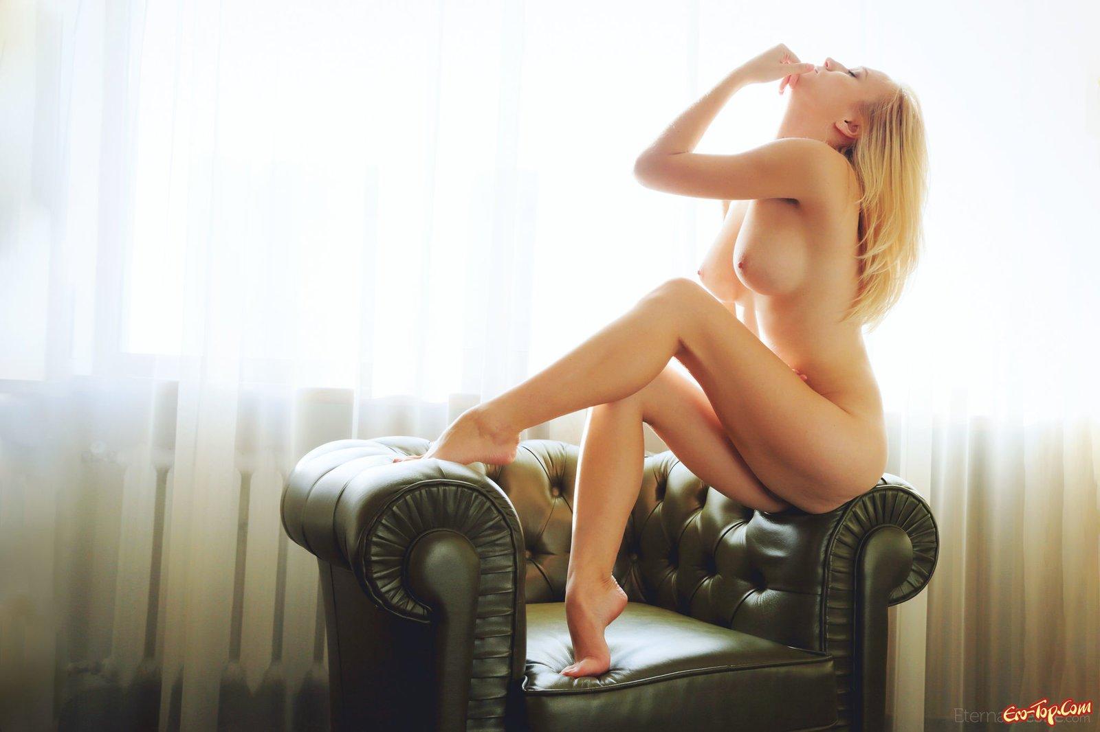 Похотливая блондинка с хорошеньким подтянутым туловищем
