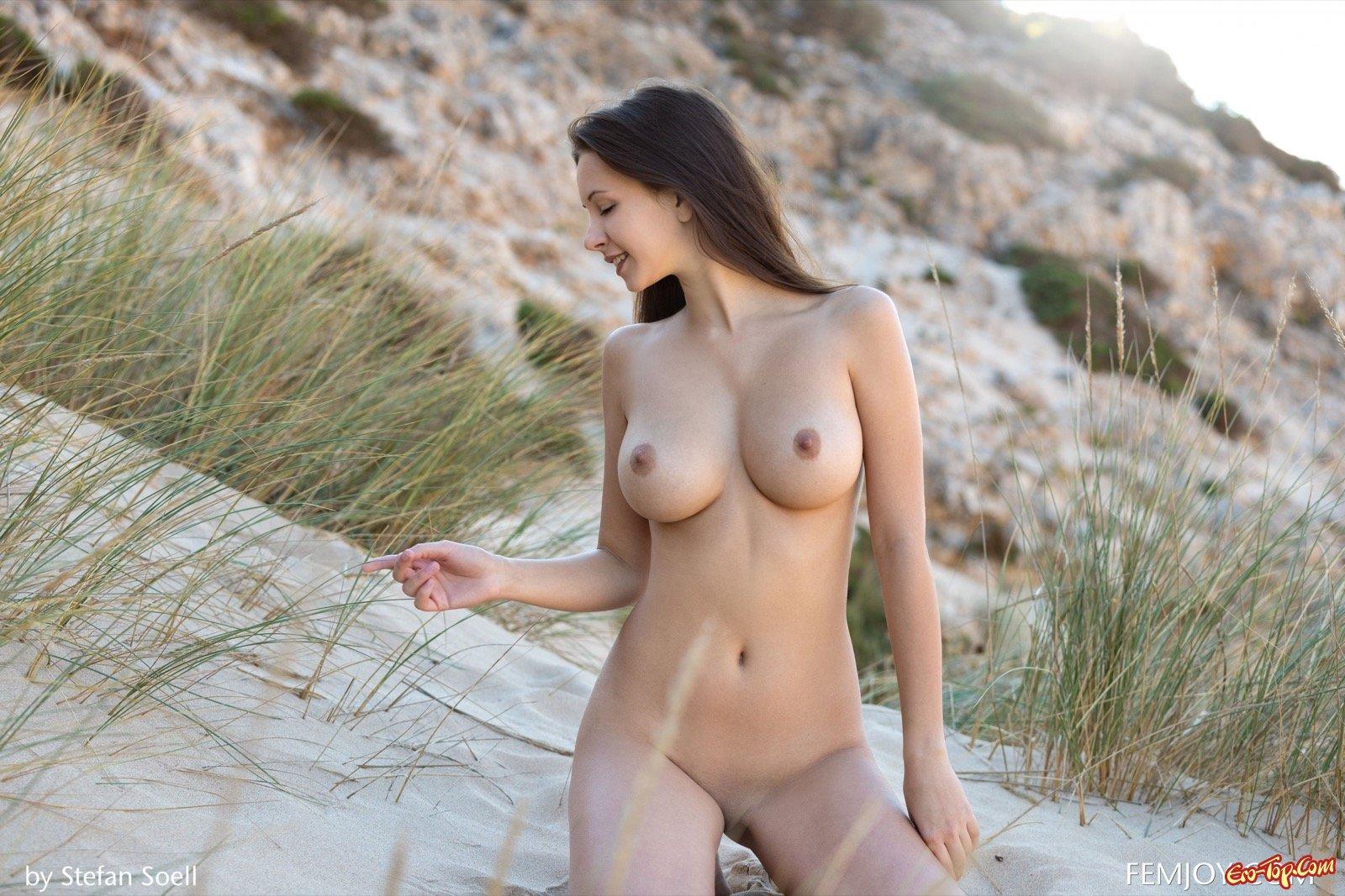 Восхитительная шлюха с круглой грудью в безлюдном месте