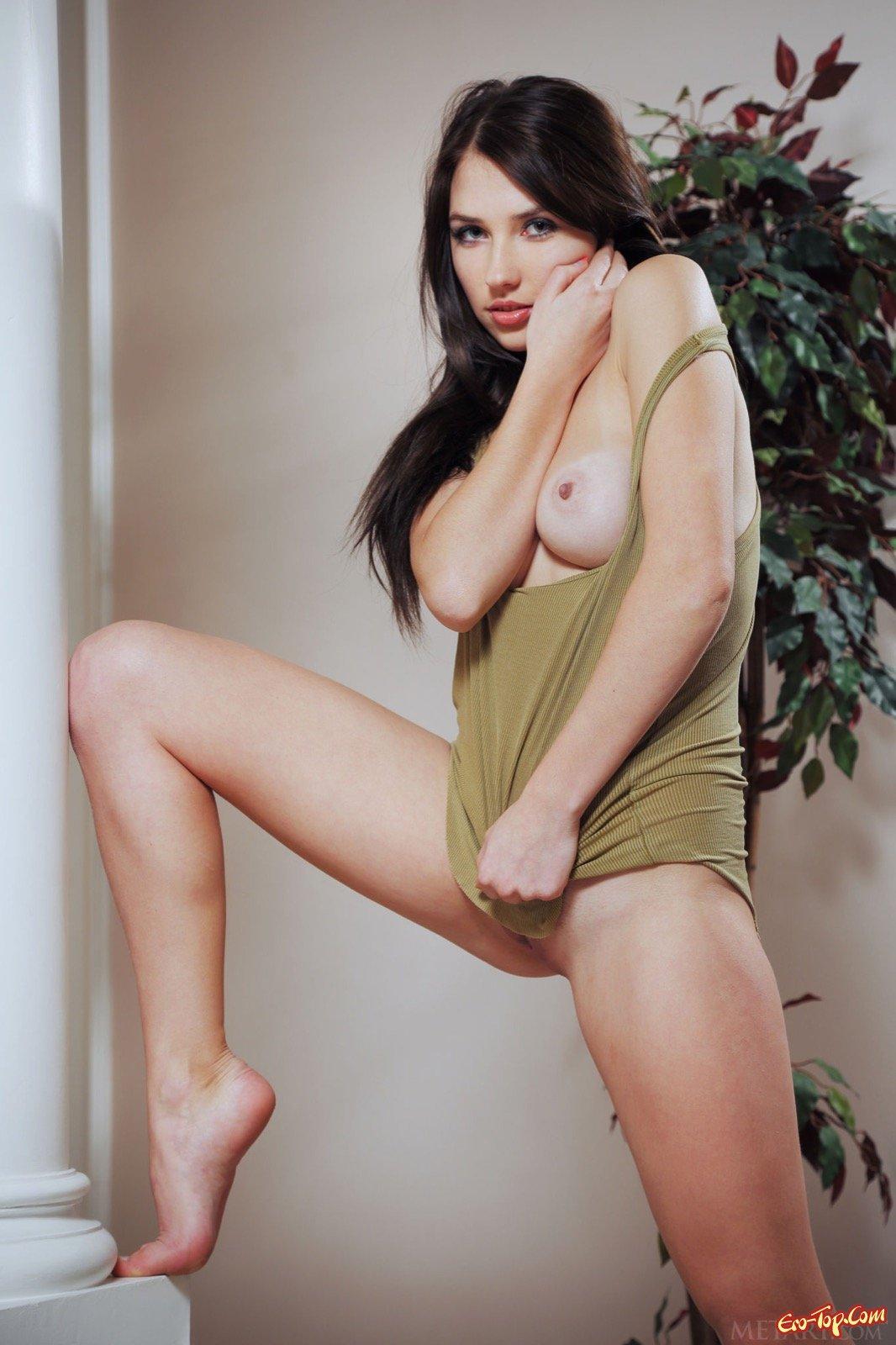 Симпатичная девица любит показывать упругие сиськи