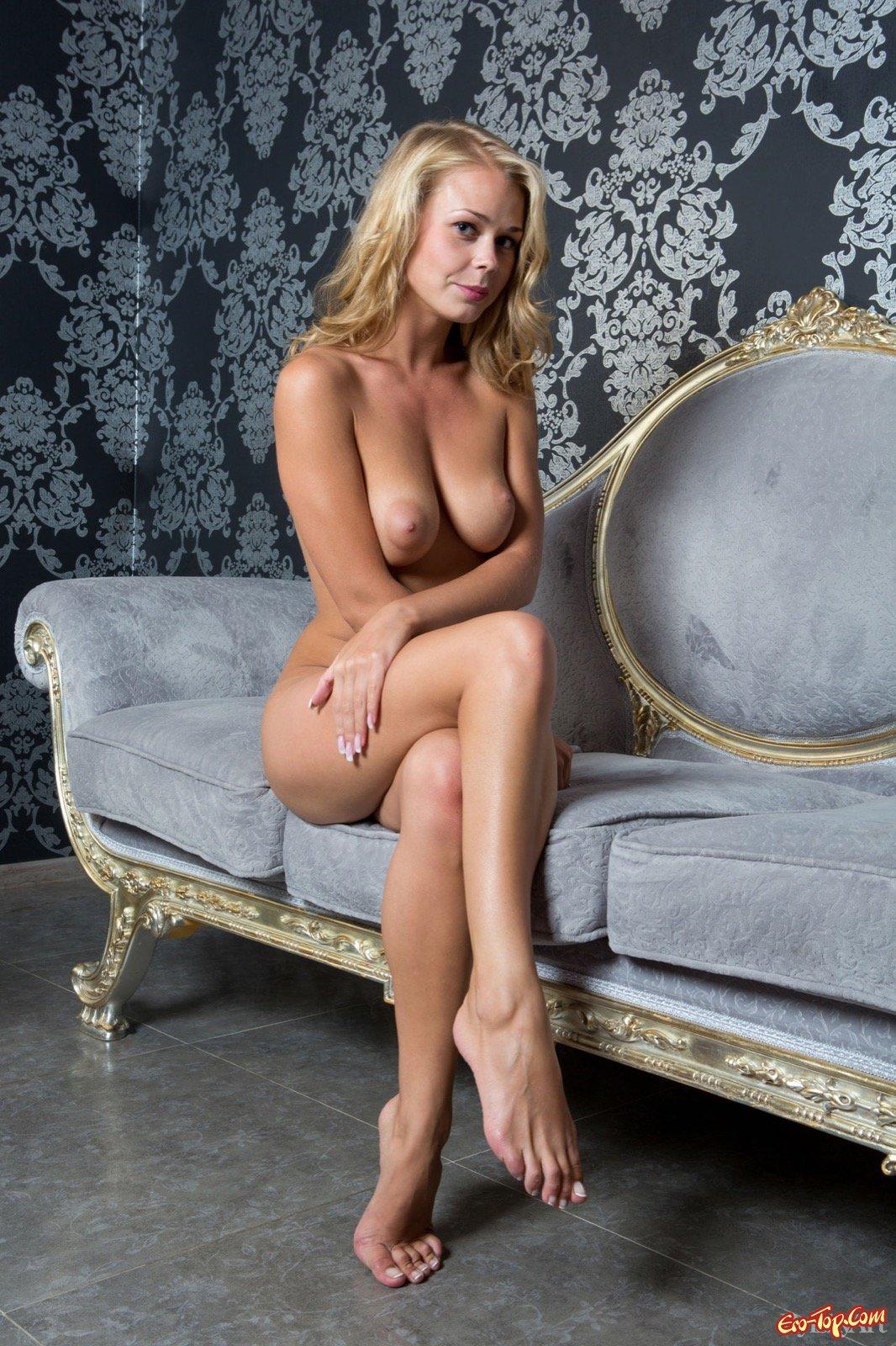Молоденькая голая блондинка с натуральными сиськами