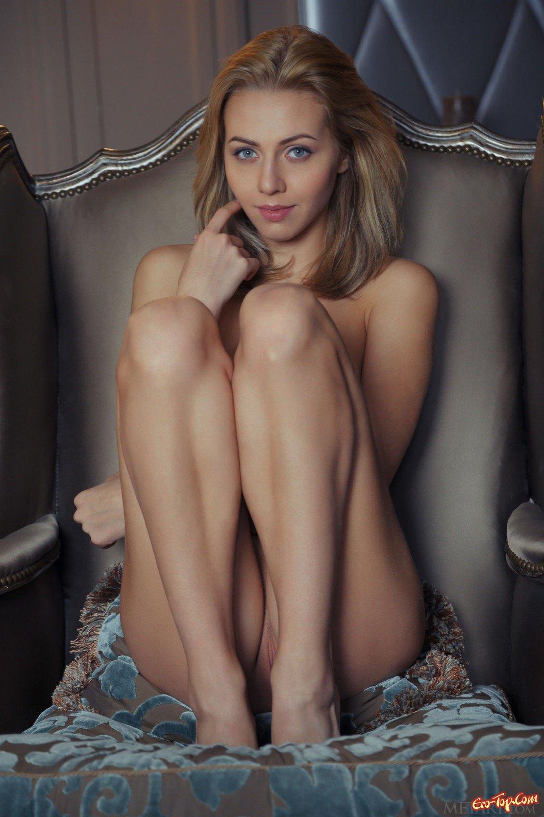 Красивая блондинка показала голую попу раком