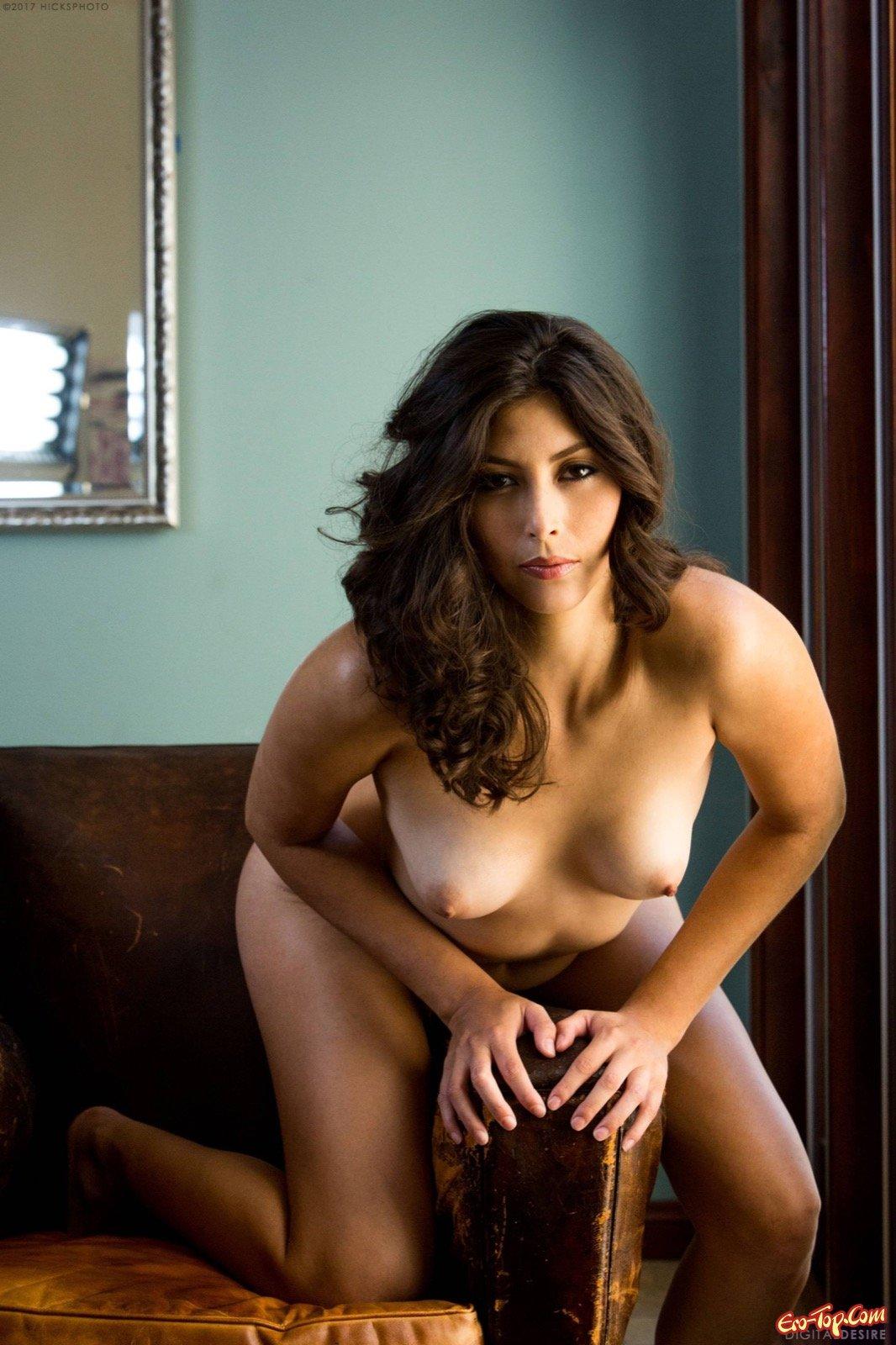 Красивая девушка показала голую попу