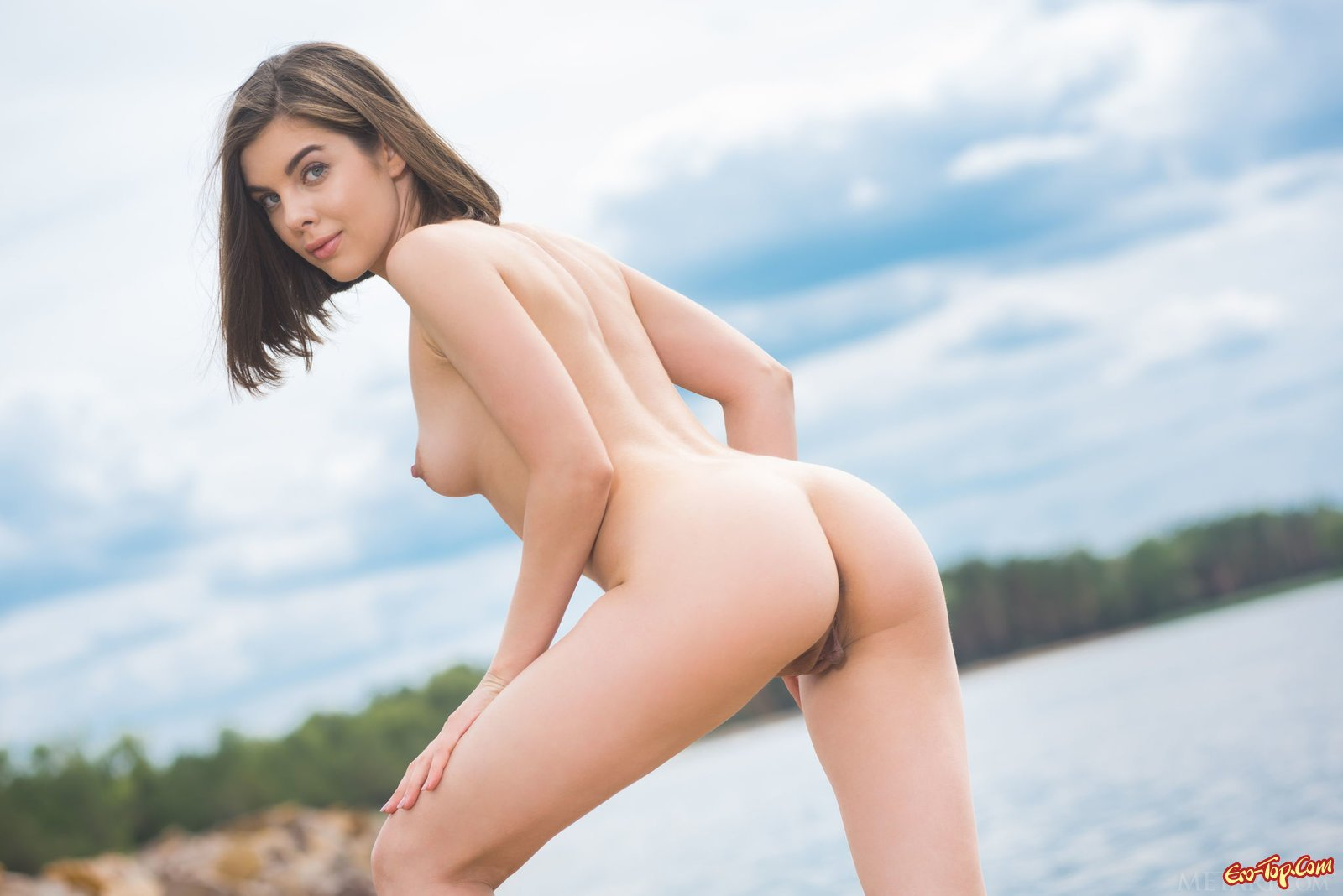Сексуальная девушка голая гуляет на пляже
