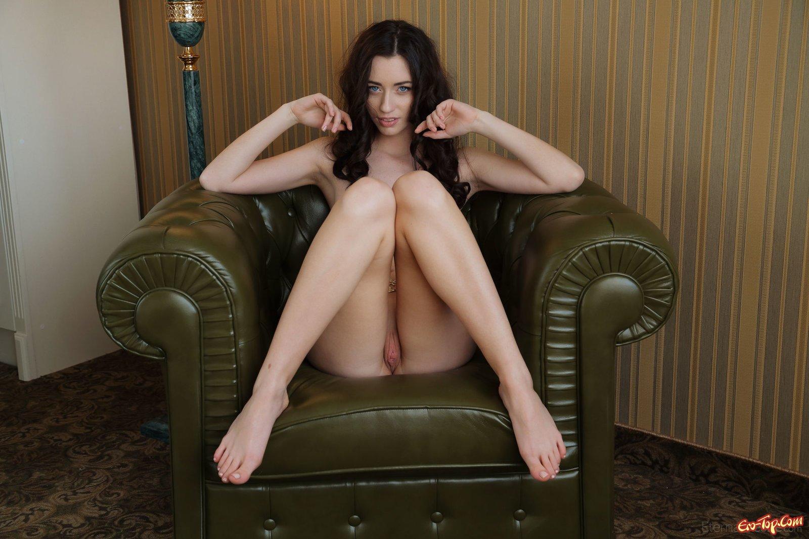 Нагая мадам с милой задницей хвастается в кресле