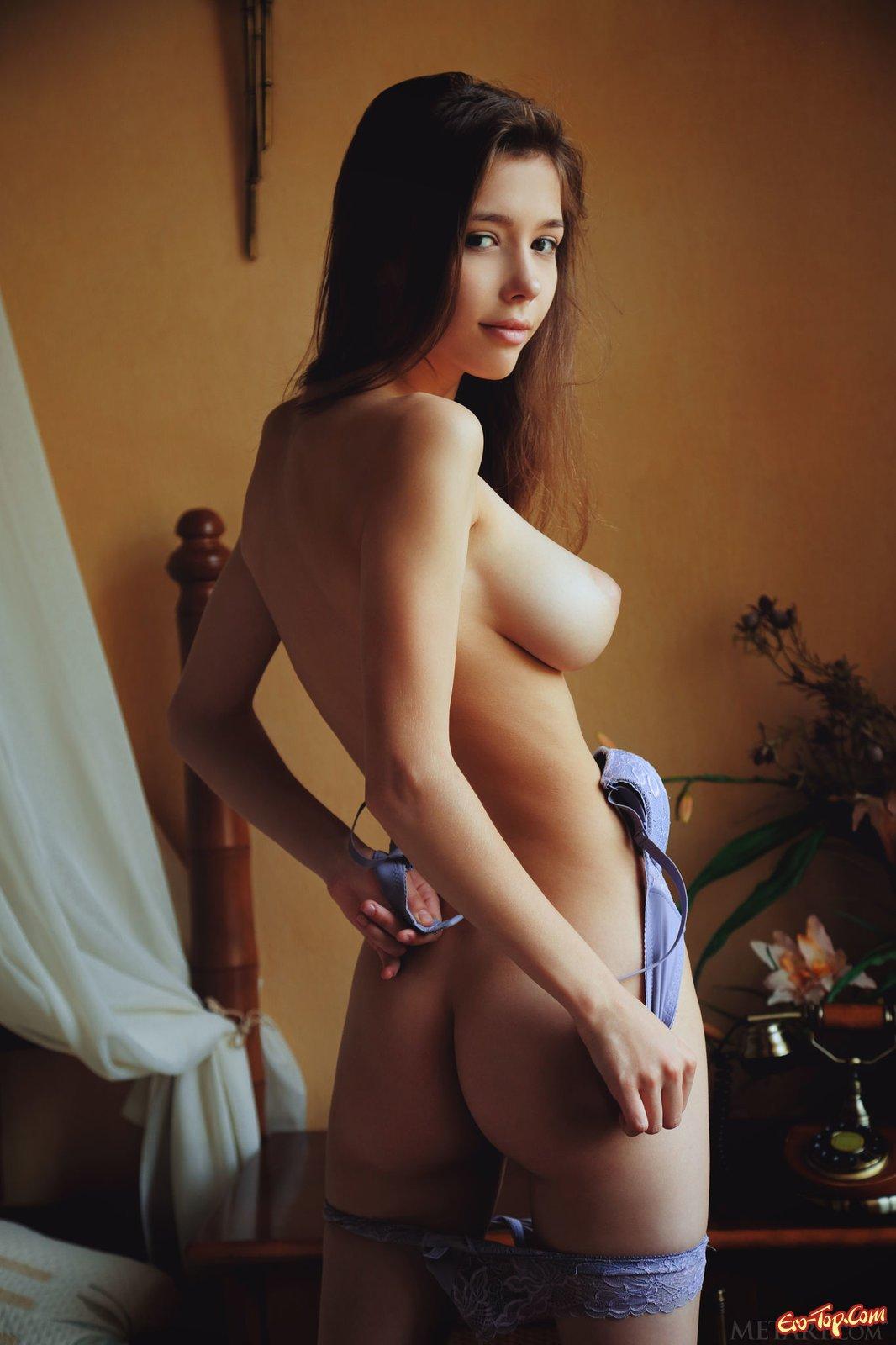 Девица с крупной грудью эротично сняла нижнее бельё