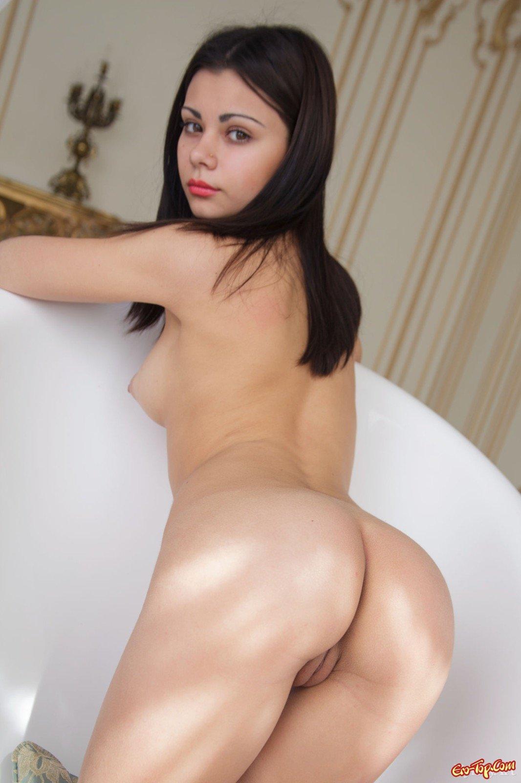 Обнаженная красоточка с упругими булками фотографируется под душем