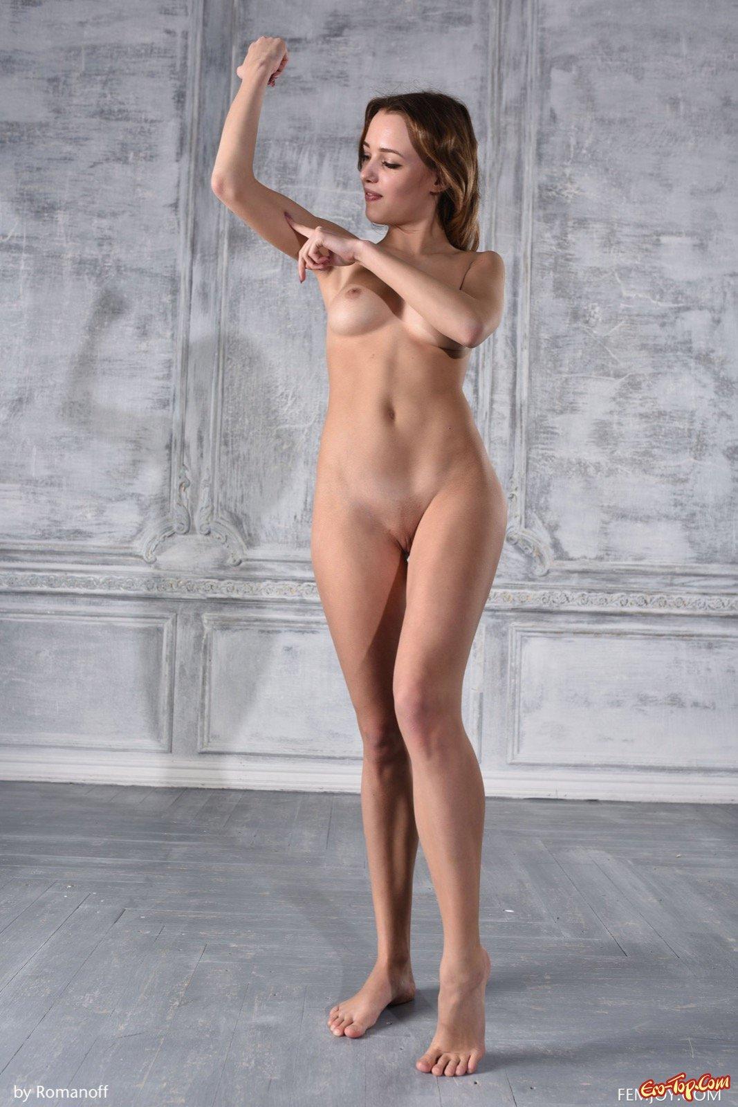 Голая натурщица позирует в фото студии