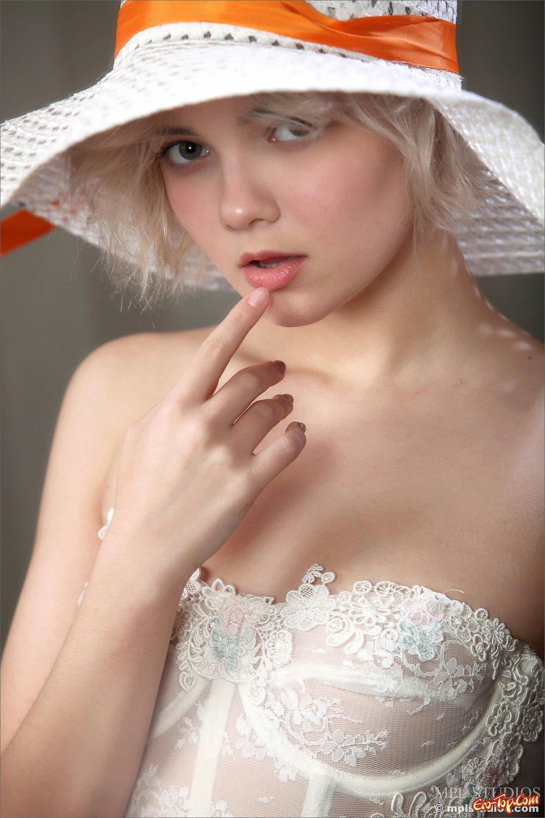 Блондинка в светлых чулках и корсете без трусиков