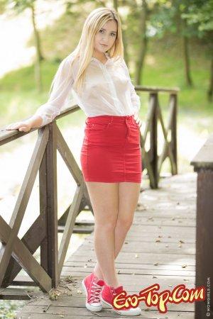Голая блондинка стоит раком на мосту
