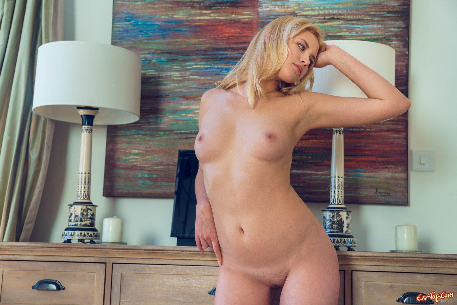 Сексуальная блондинка сняла юбку с чулками