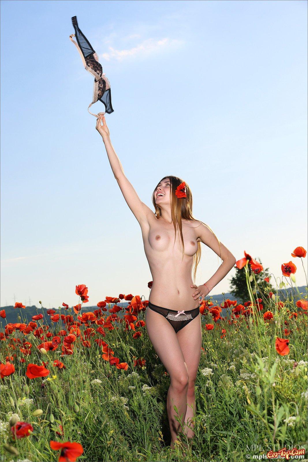 Стройная кобыла эротично разделась на маковом поле секс фото