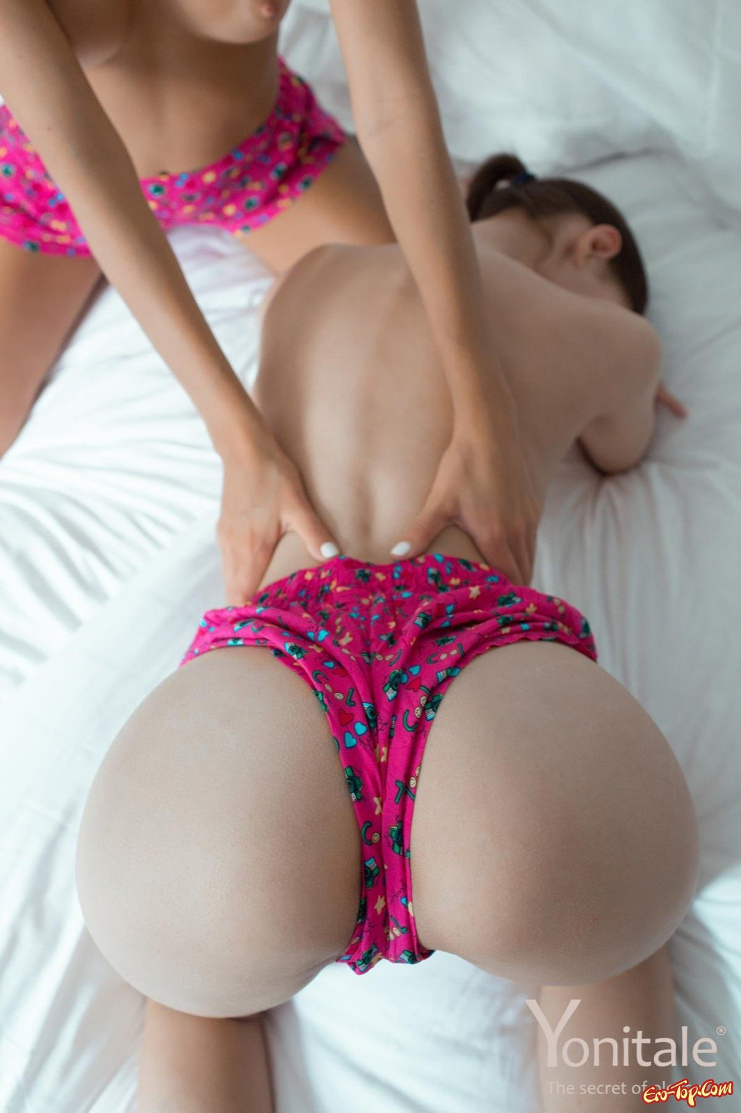 Возбуждающие нимфоманки с без трусов попками на постели
