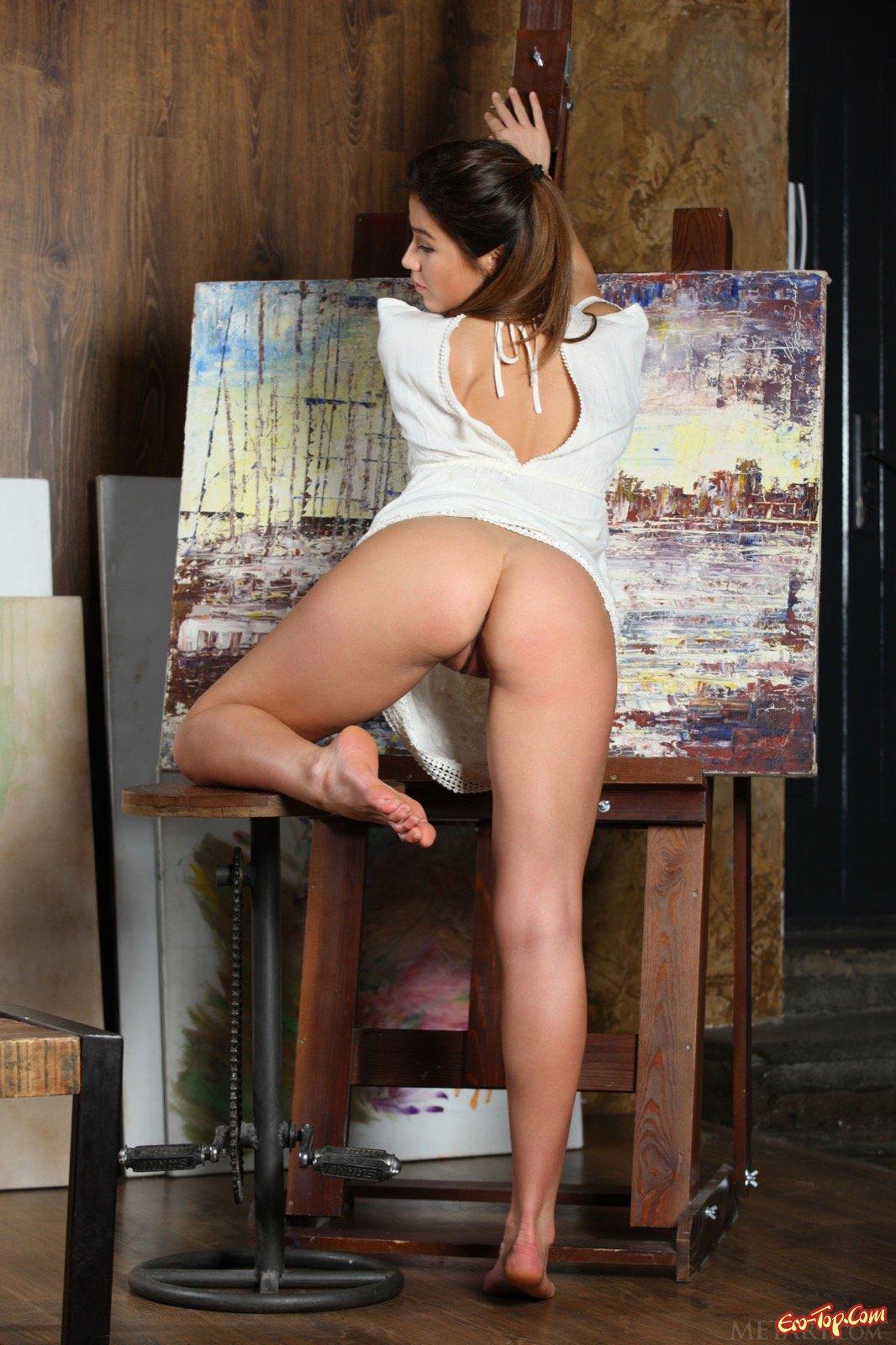 Девка с стройной жопой снимает лифчик и фоткается