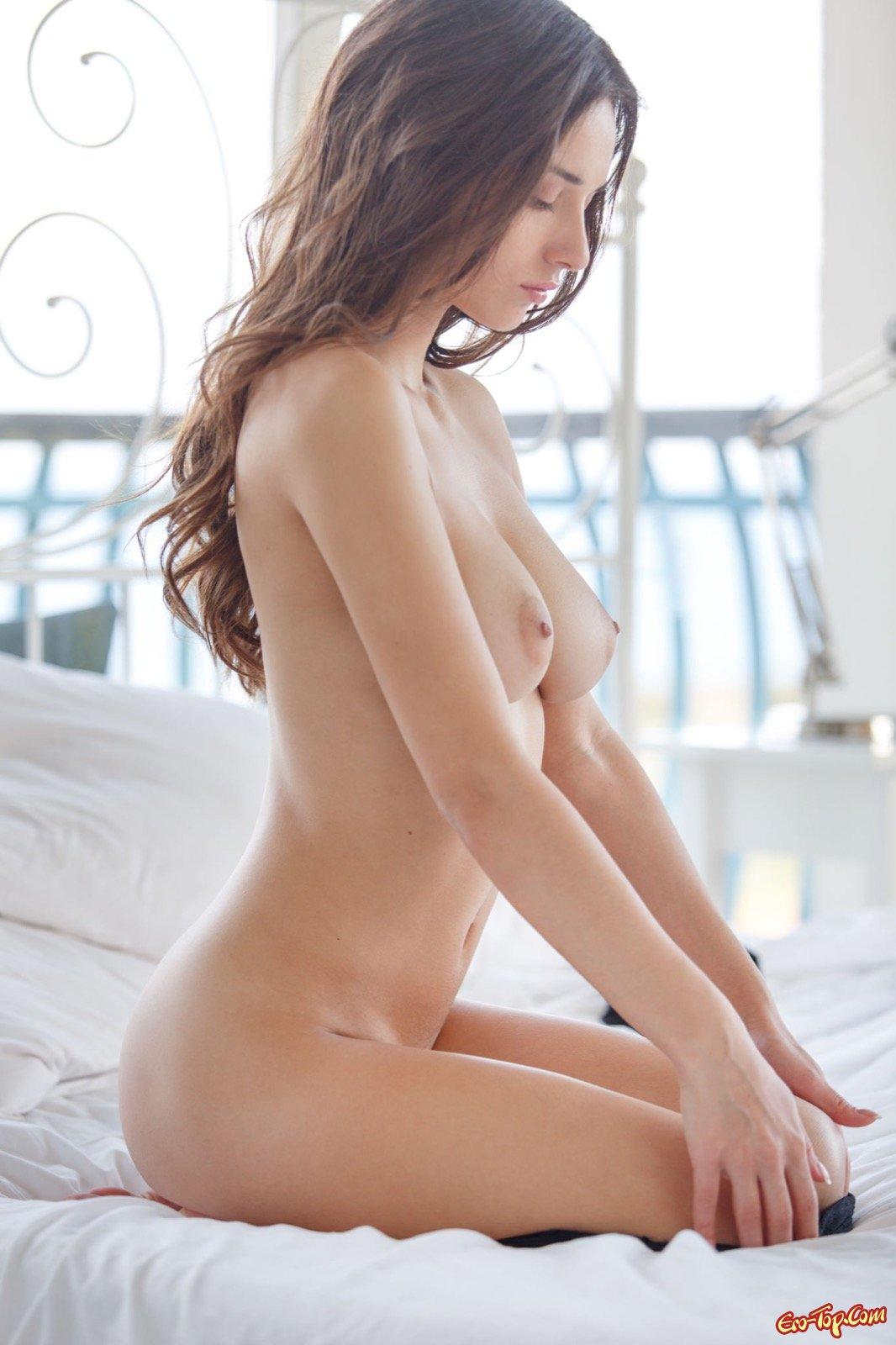 Чистенькая девка с натуральными дойками в кроватке
