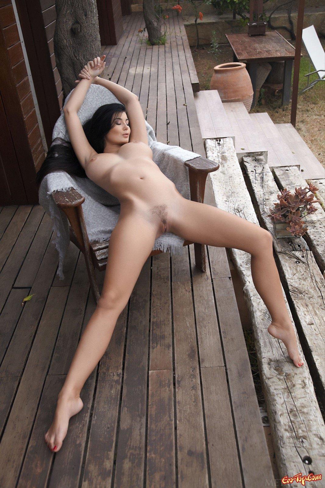 Большая грудь и милая задница обнаженной шатенки