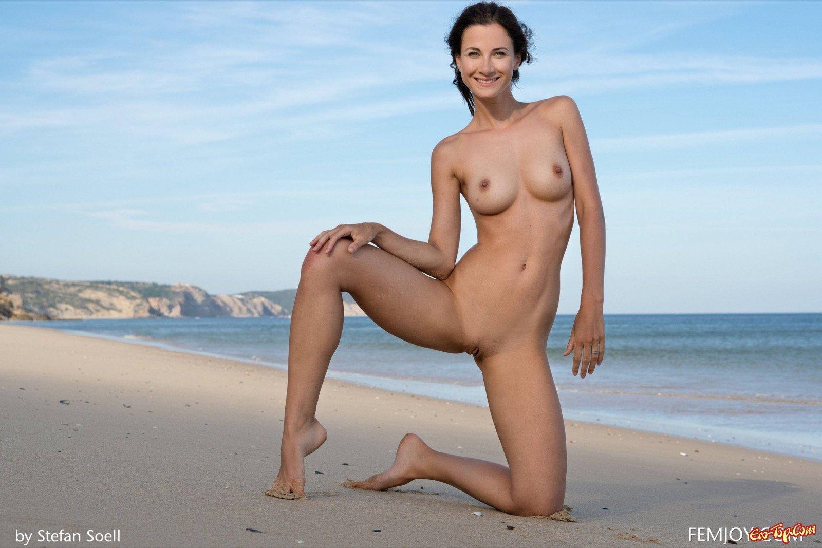 Раздетая баба обнажила сексапильное тело на песке