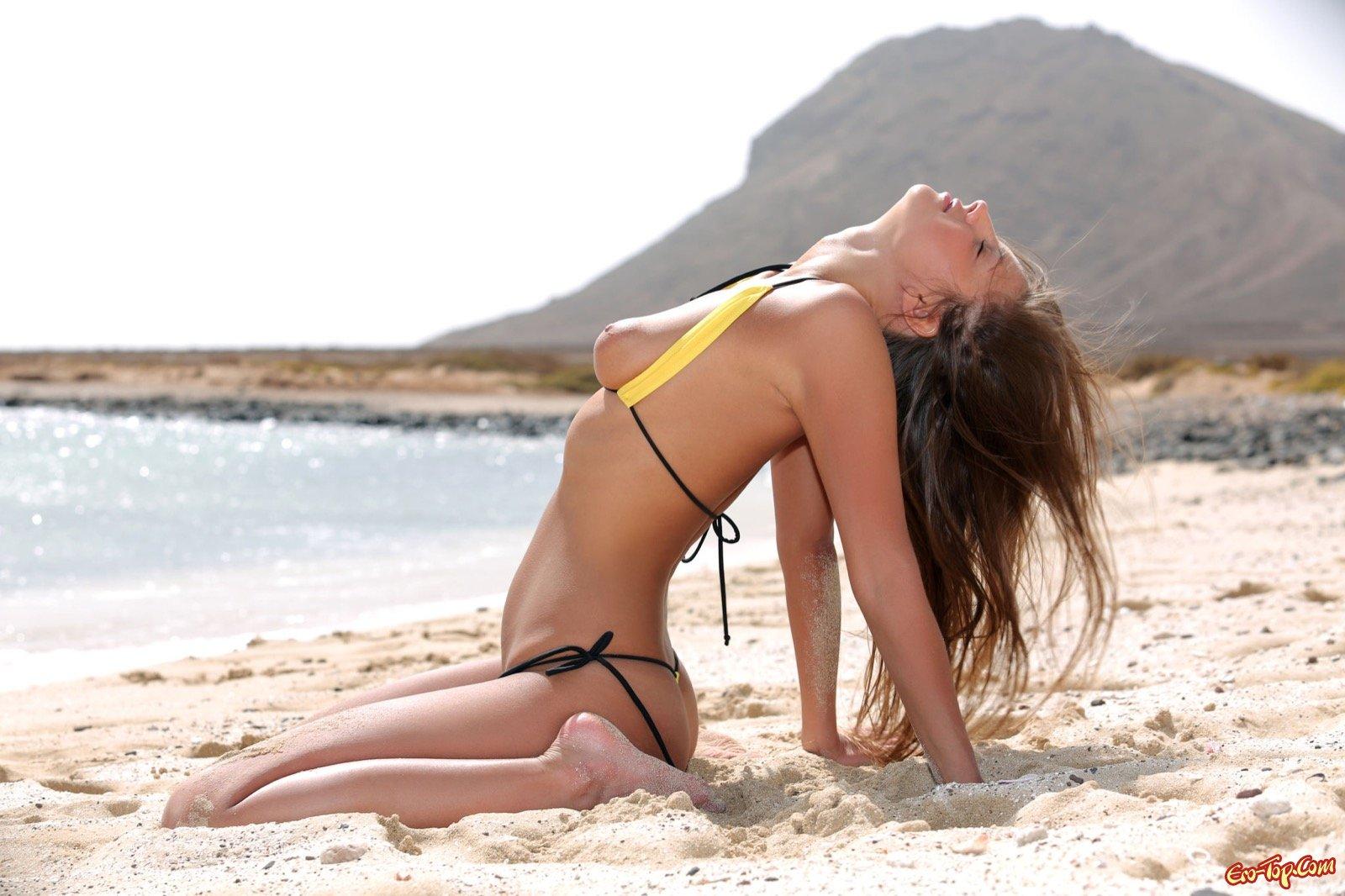Русская кобыла засветила загорело тело на берегу моря