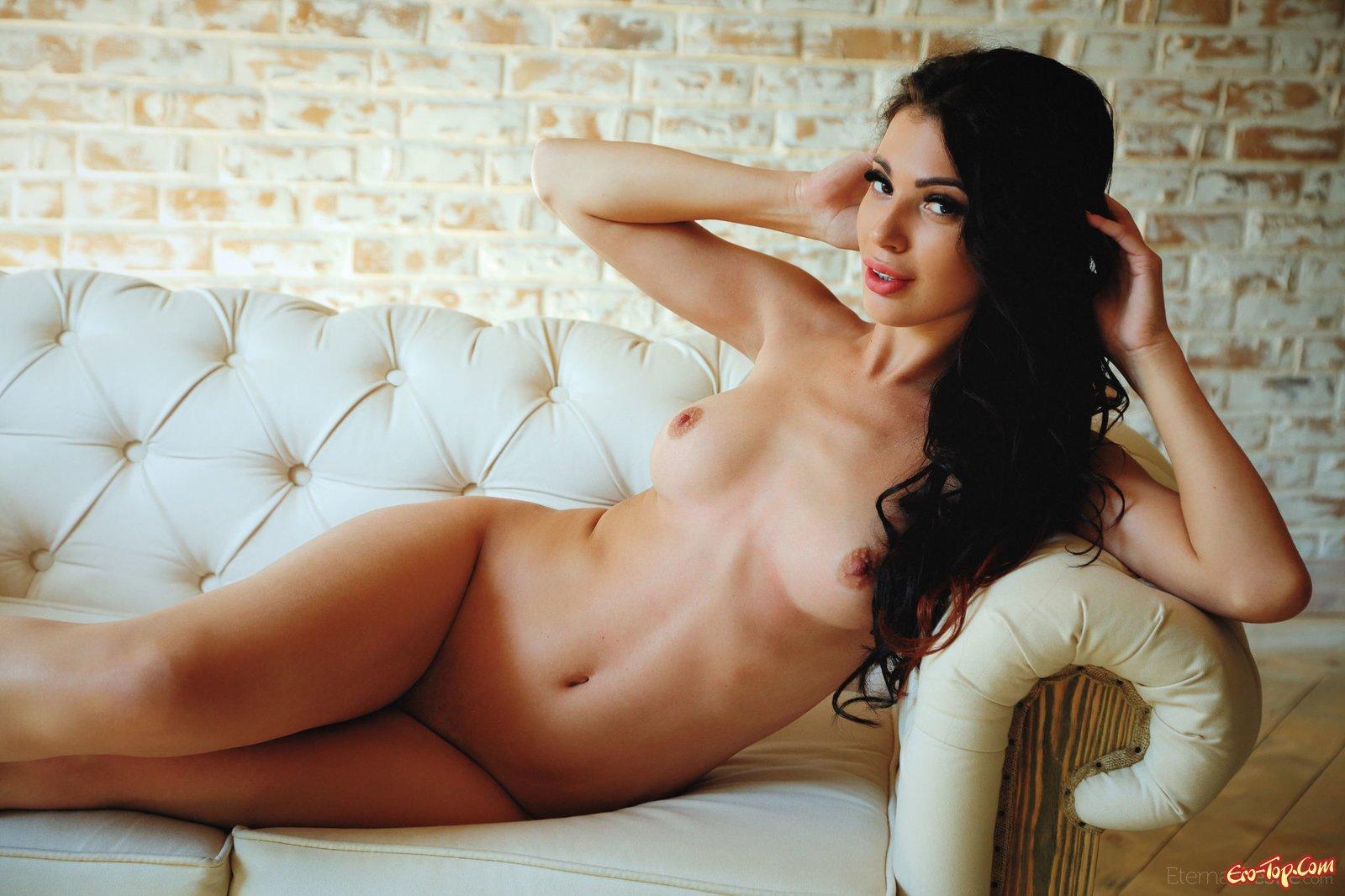 Красивая девушка раздвигает промежность на диване