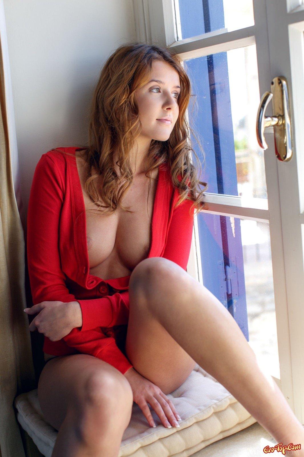 Шатенка с упругими ягодицами стянула трусики у окна