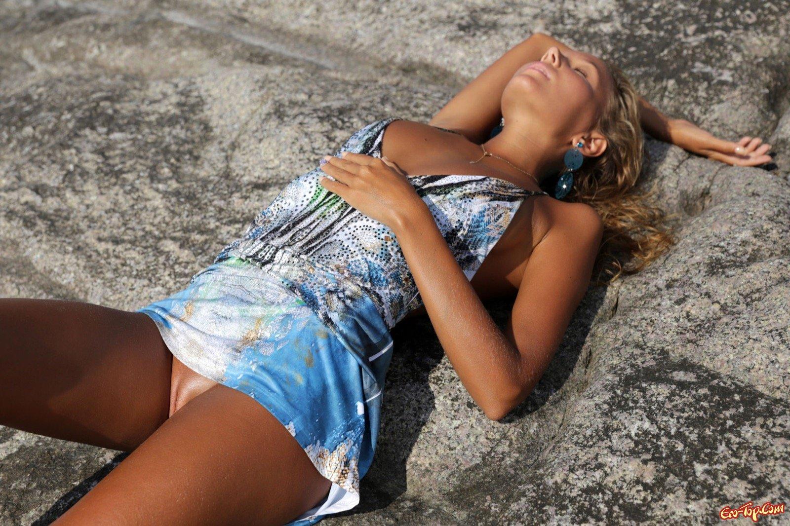 Загорелое возбуждающее тело 18-летней девушки на берегу моря секс фото