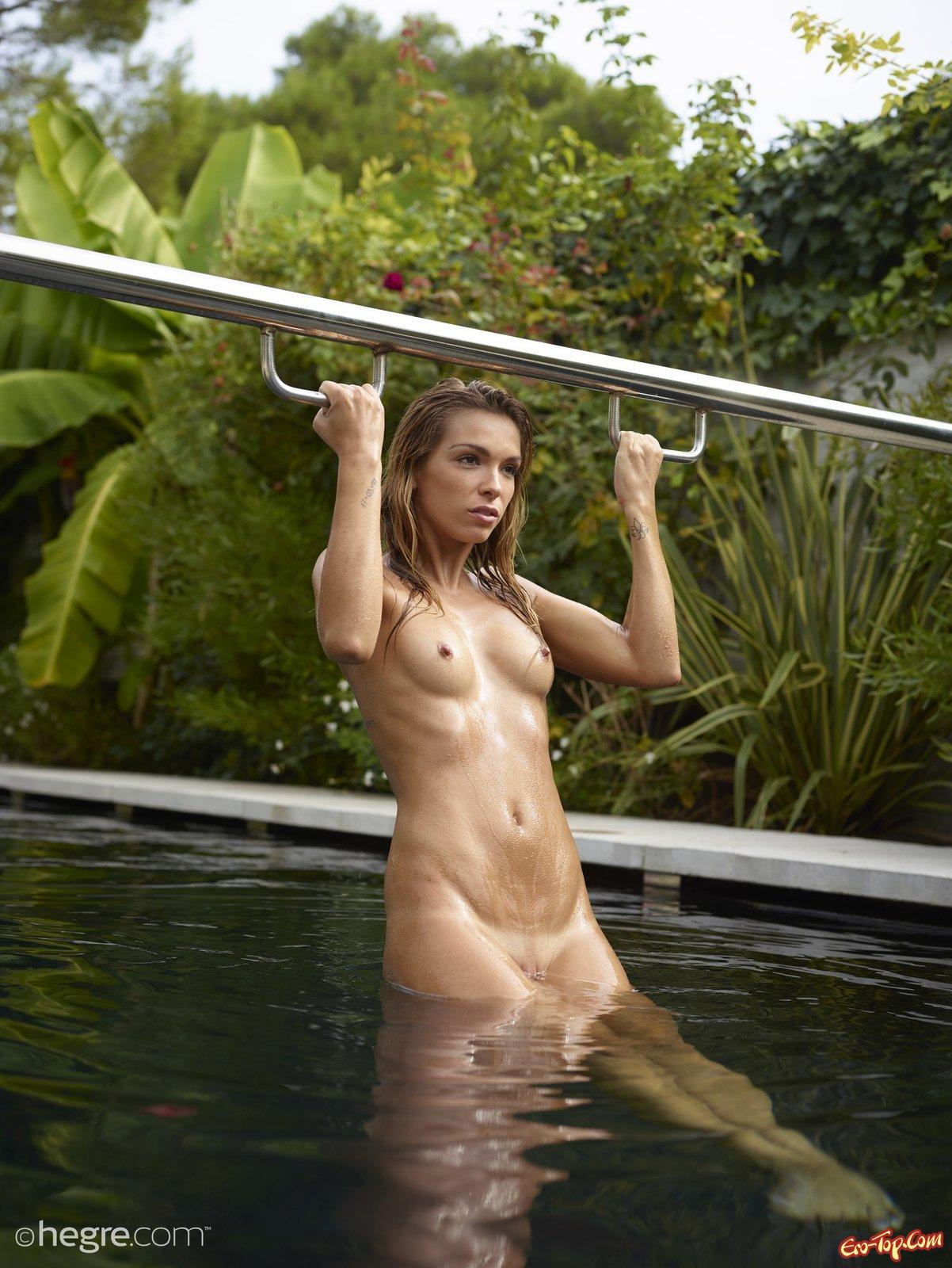 Раздетая мадам откровенно купается и делает селфи в бассейне