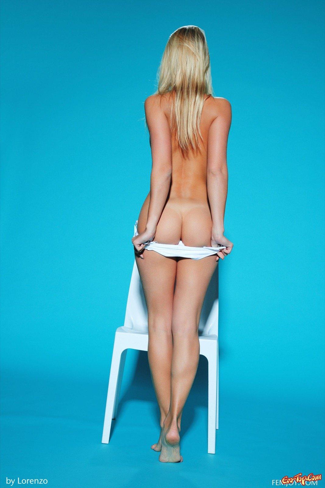 Девица с маленькой грудью сняла купальник на стуле