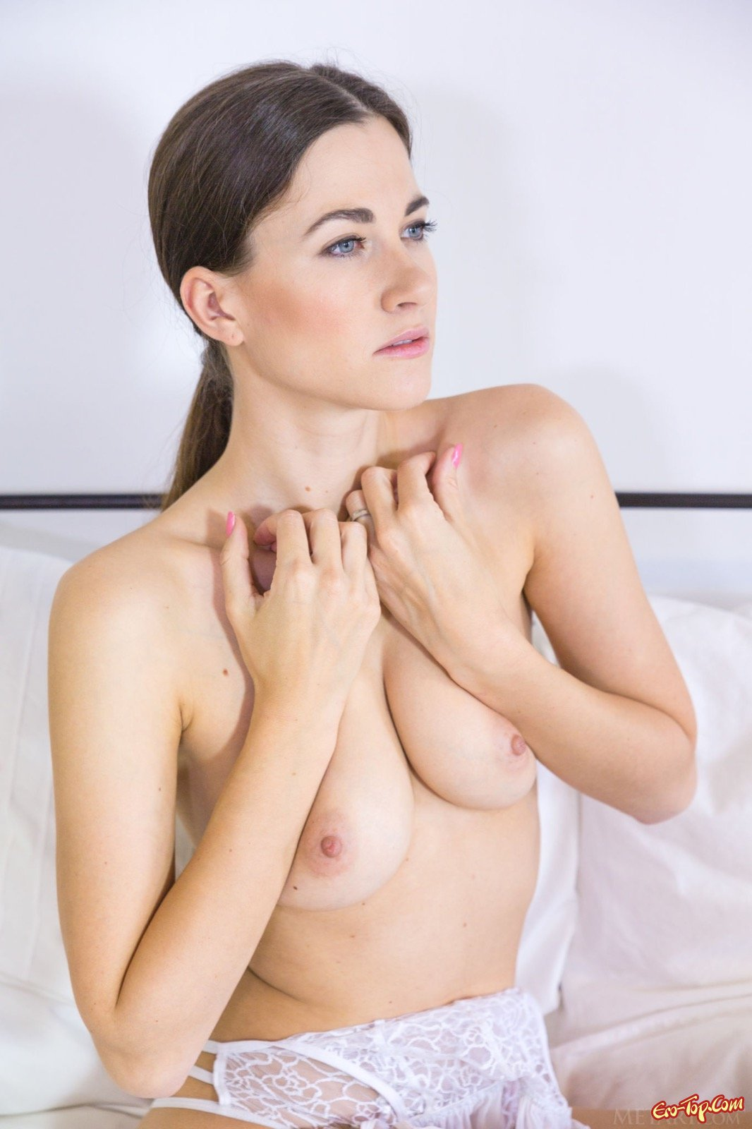 Симпатичная скромница сняла нижнее белье в постели