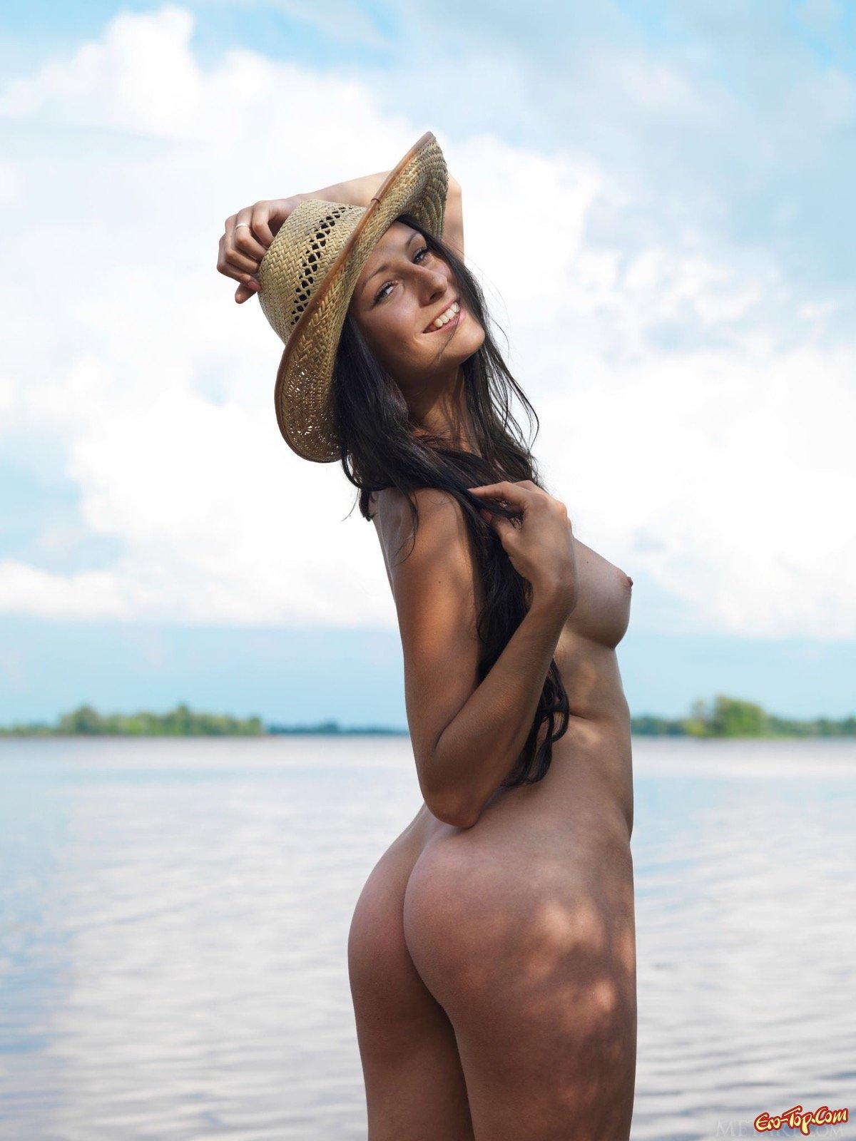 Обнаженная модель в шляпе намочила попу в речке