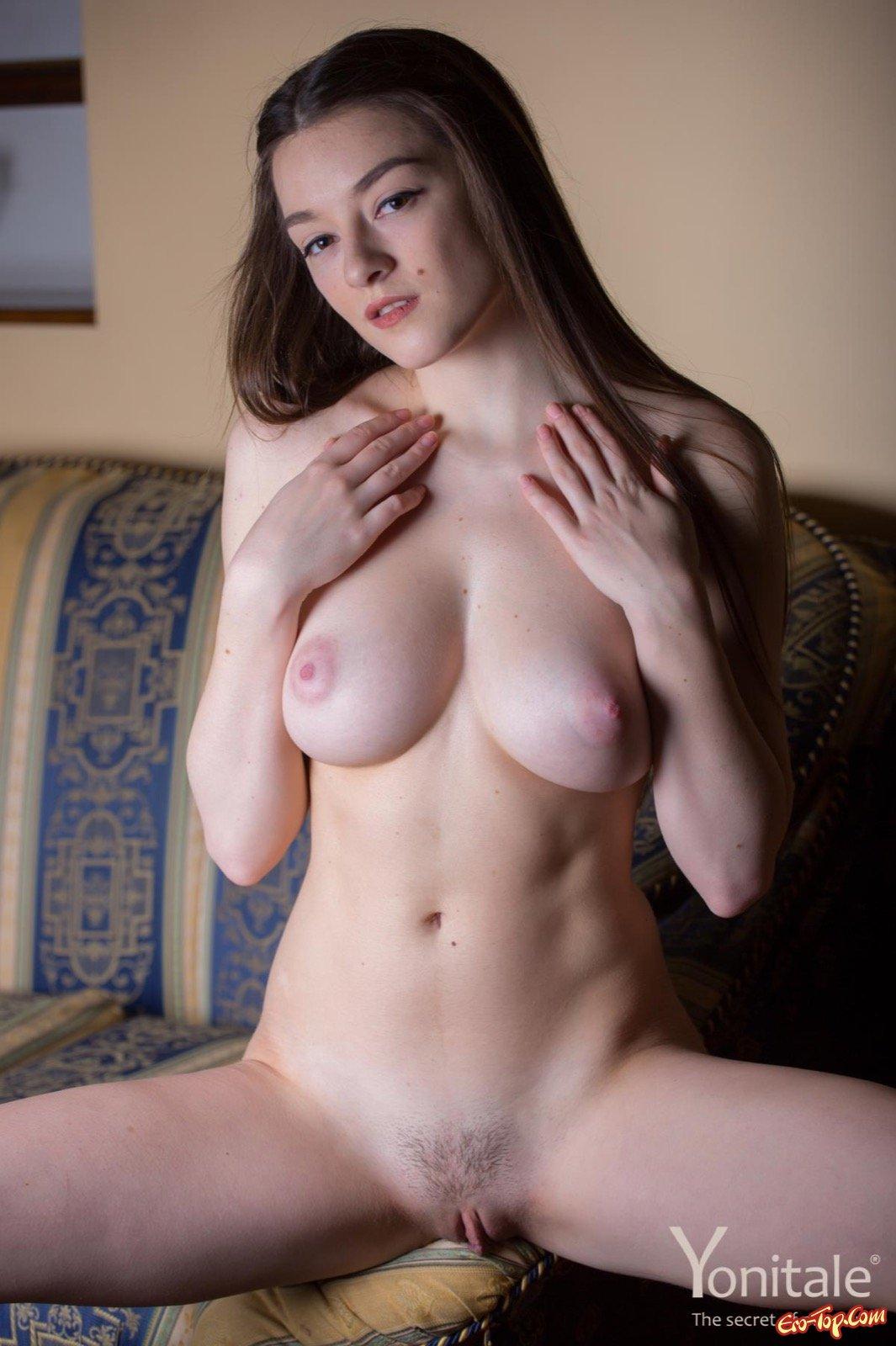 Молоденькая сучка оголила гигантскую натуральную грудь