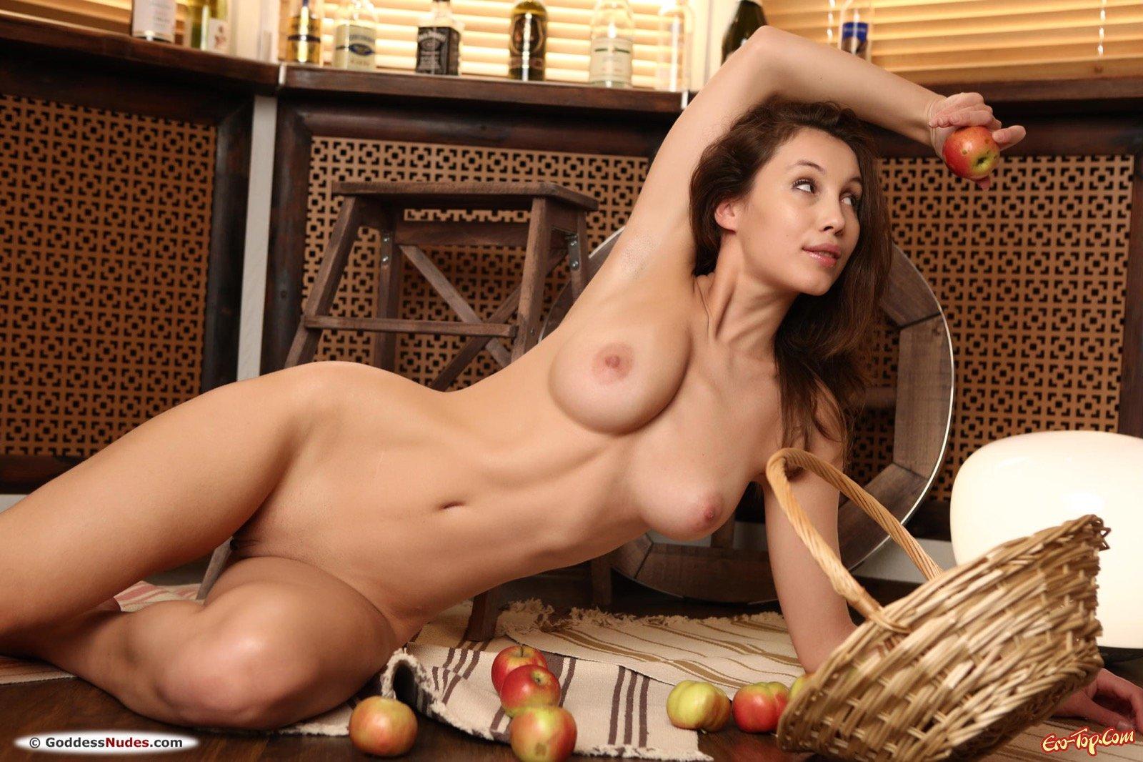 Милая баба показывает натуральная грудь и вагину секс фото
