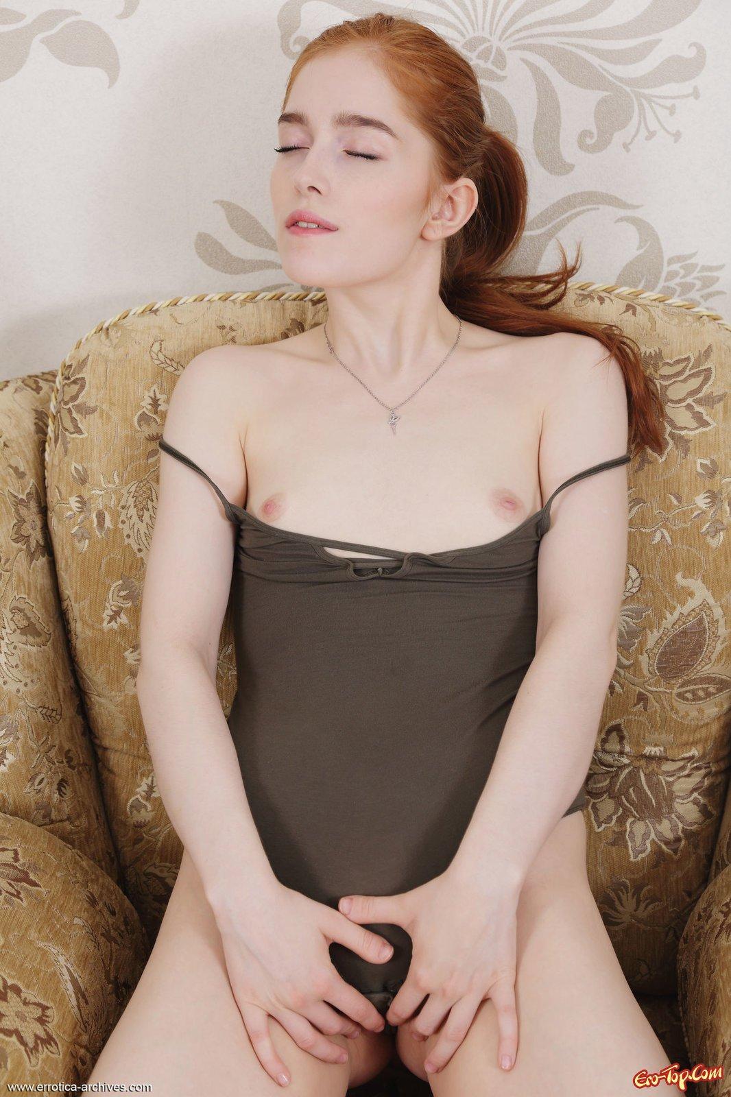 Рыжая девка сняв боди засвечивает сексуальное тело