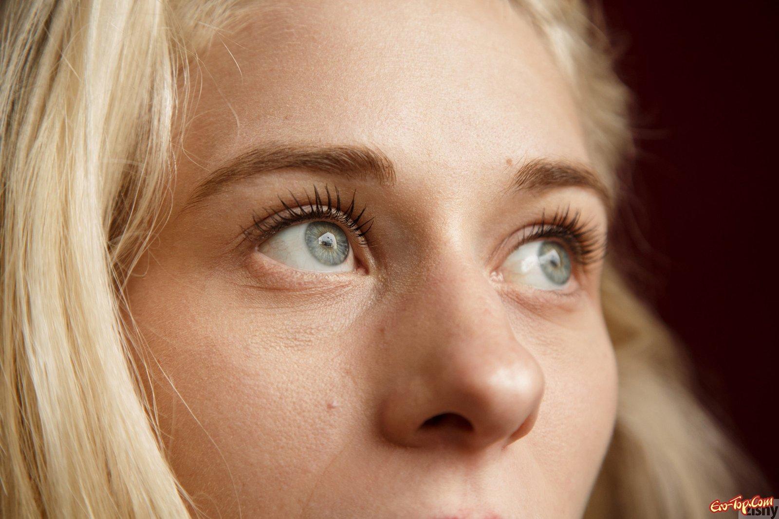 Изящная блондинка оголила сиськи в городе секс фото