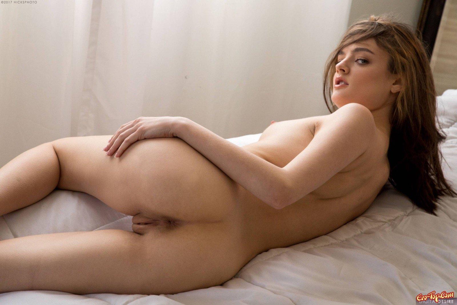 Девушка оголяет попку и грудь с торчащими сосками