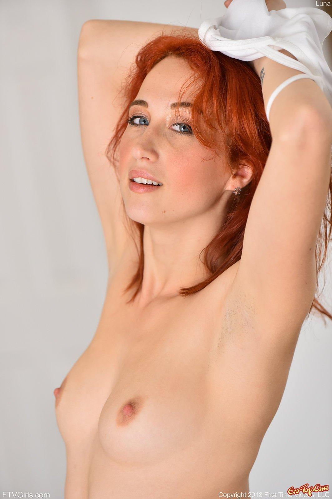 Рыжеволосая фотомодель обнажает голое роскошное тело