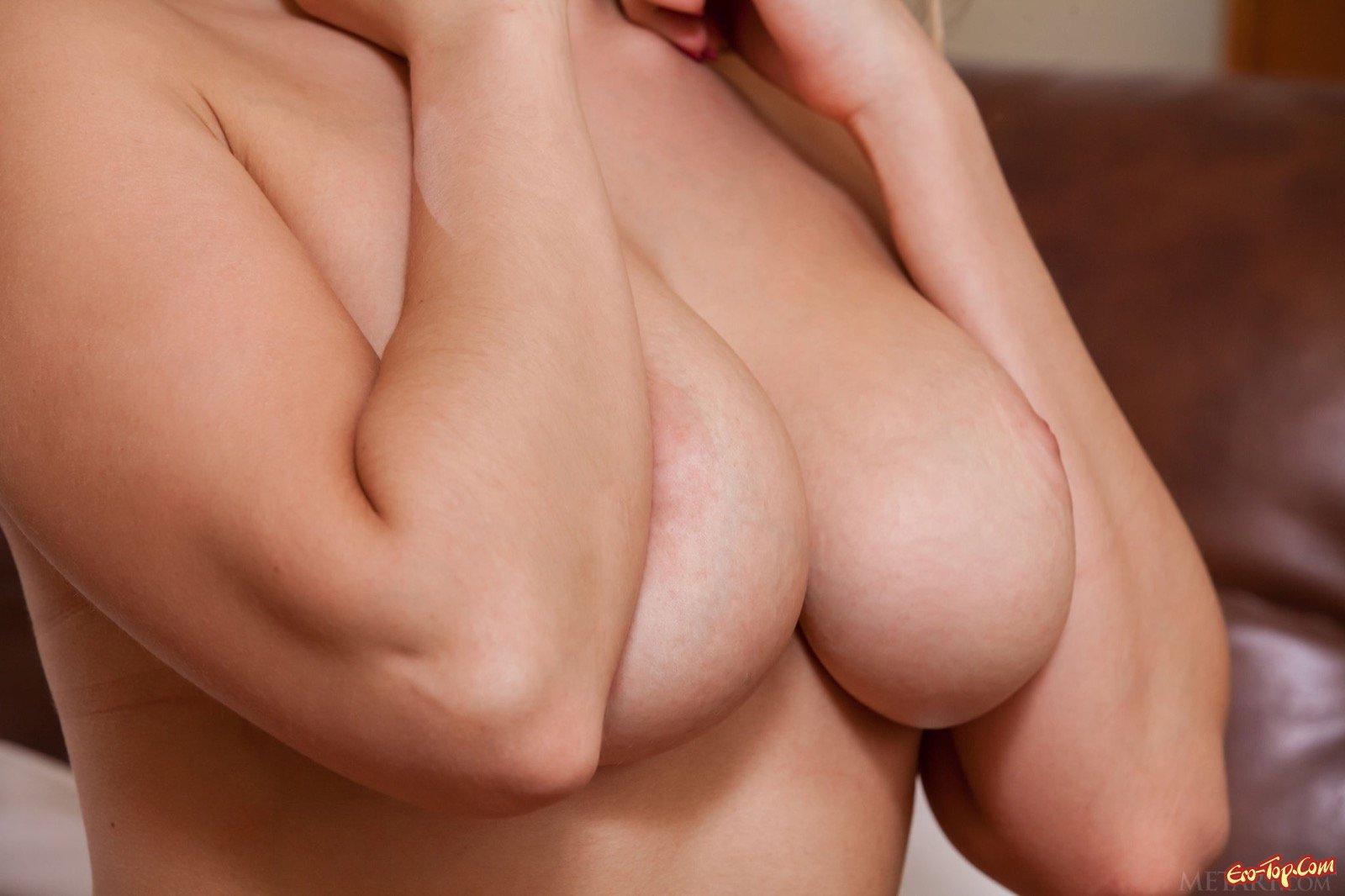 Возбуждающие ягодицы и грудь голенькой блондинки