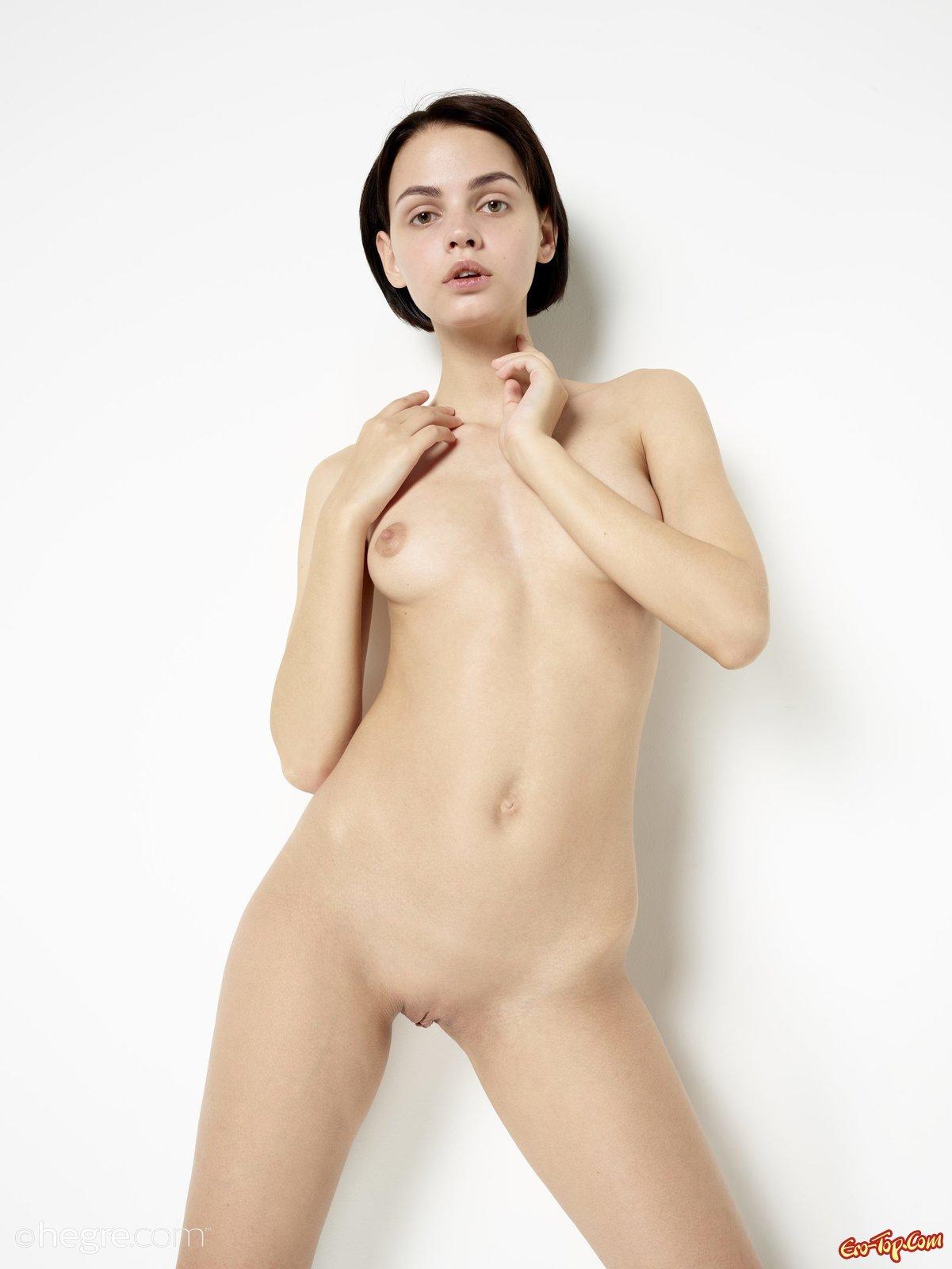 Обнаженная деваха с модельной внешностью смотреть эротику
