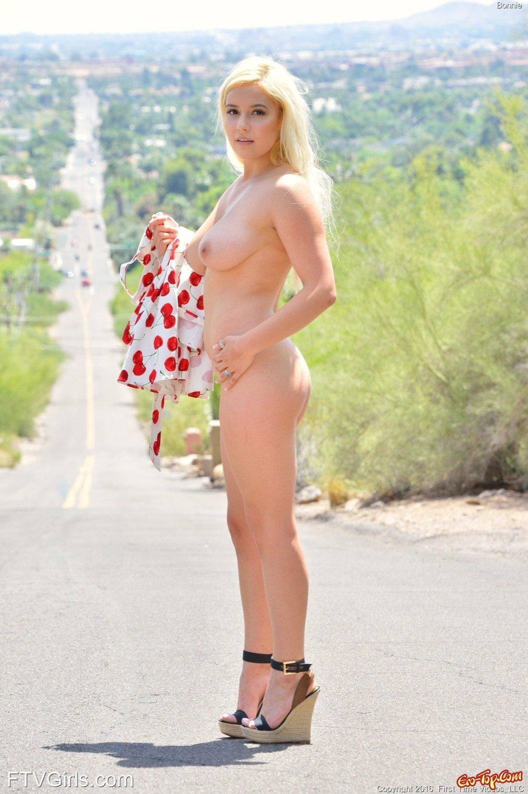 Блондинка с огромными сиськами стащила платье в общественном месте смотреть эротику