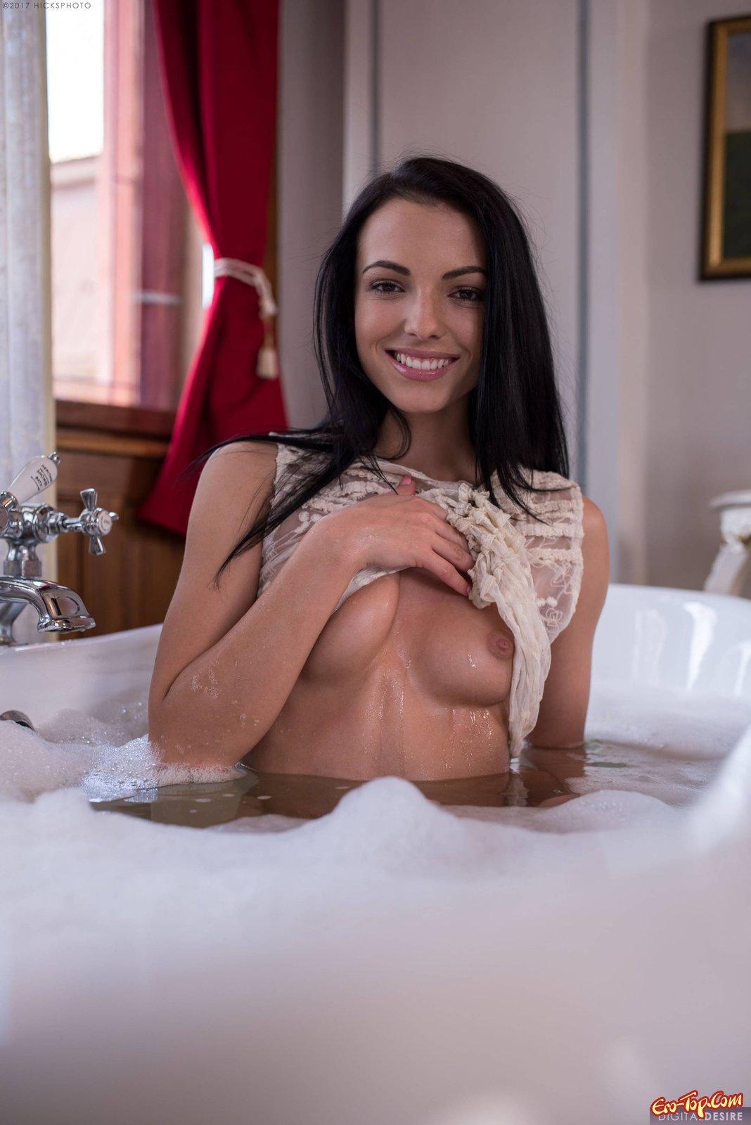 Брюнеточка без стрингов намочилась и позирует в ванне смотреть эротику