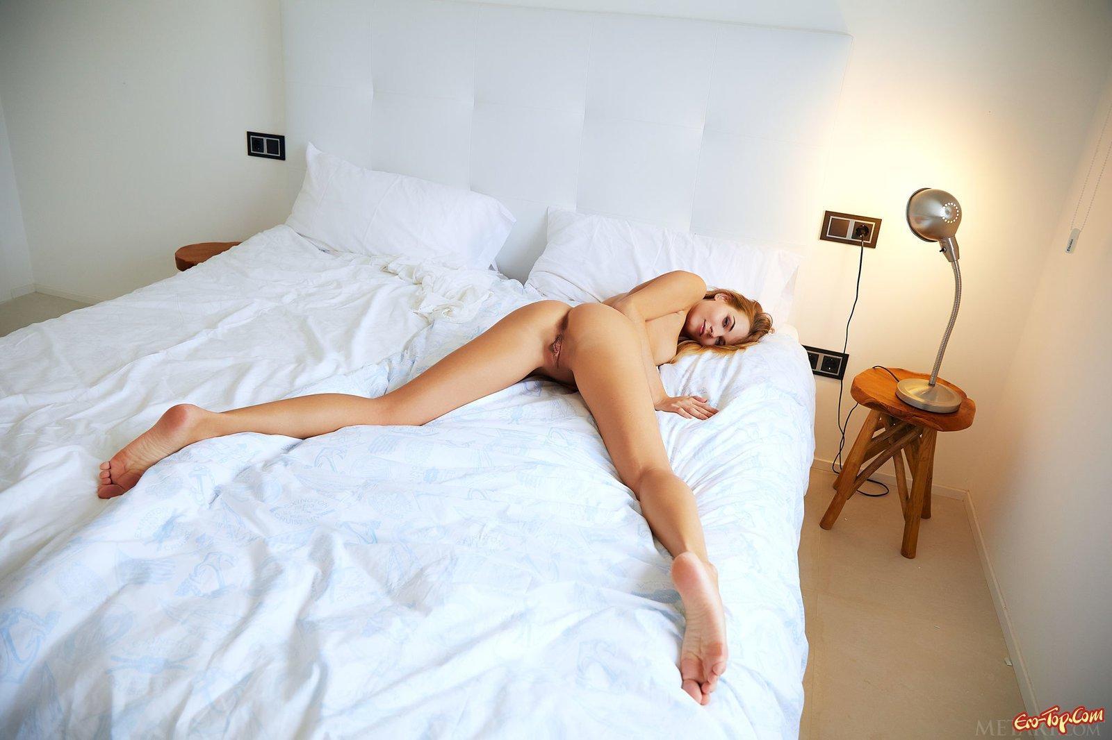 Рыженькая крошка стягивает трусики в постели