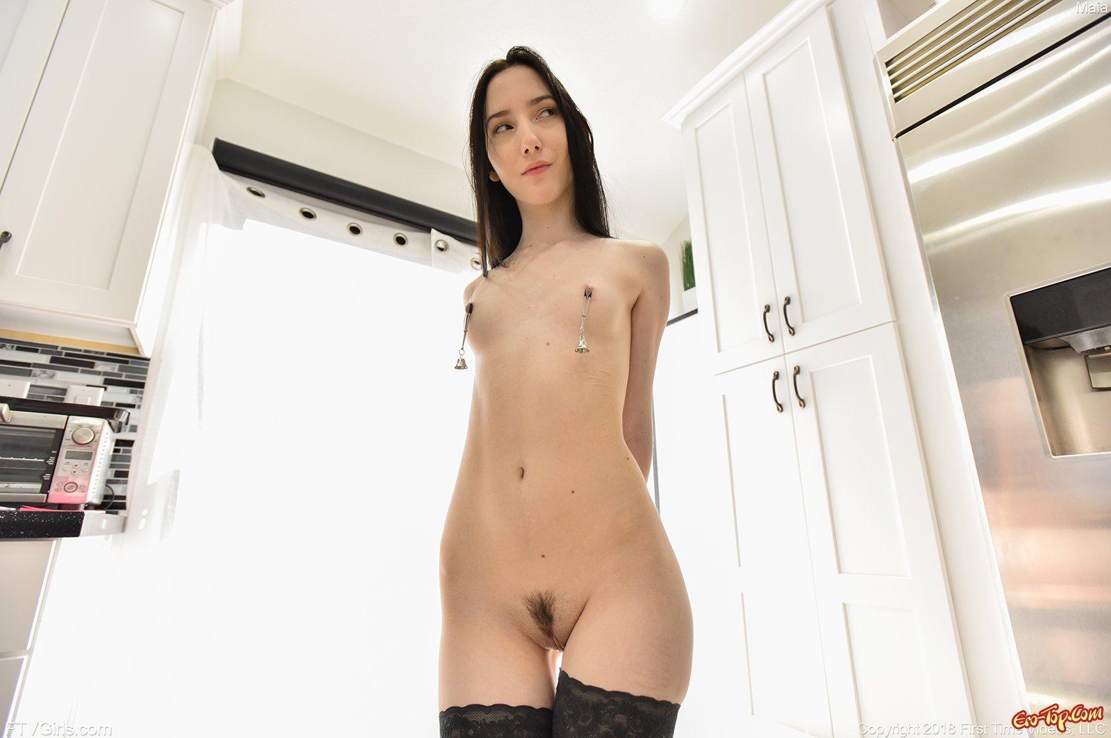 Молодая девушка в чулках с прищепками на сосках