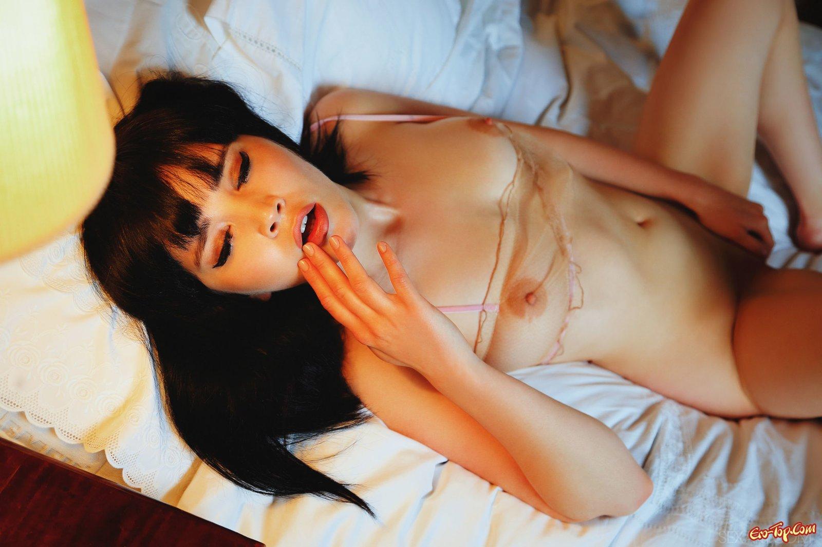 Страстная леди в прозрачном белье в спальне