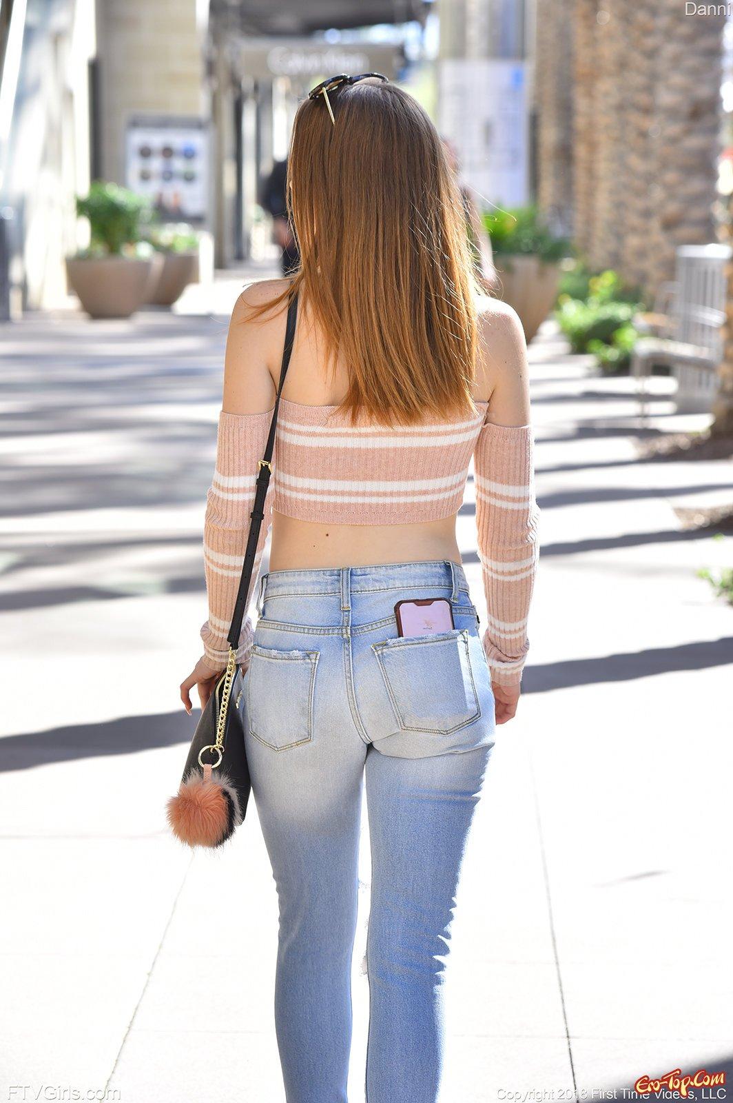 Девушка в рваных джинсах демонстрирует маленькие титьки