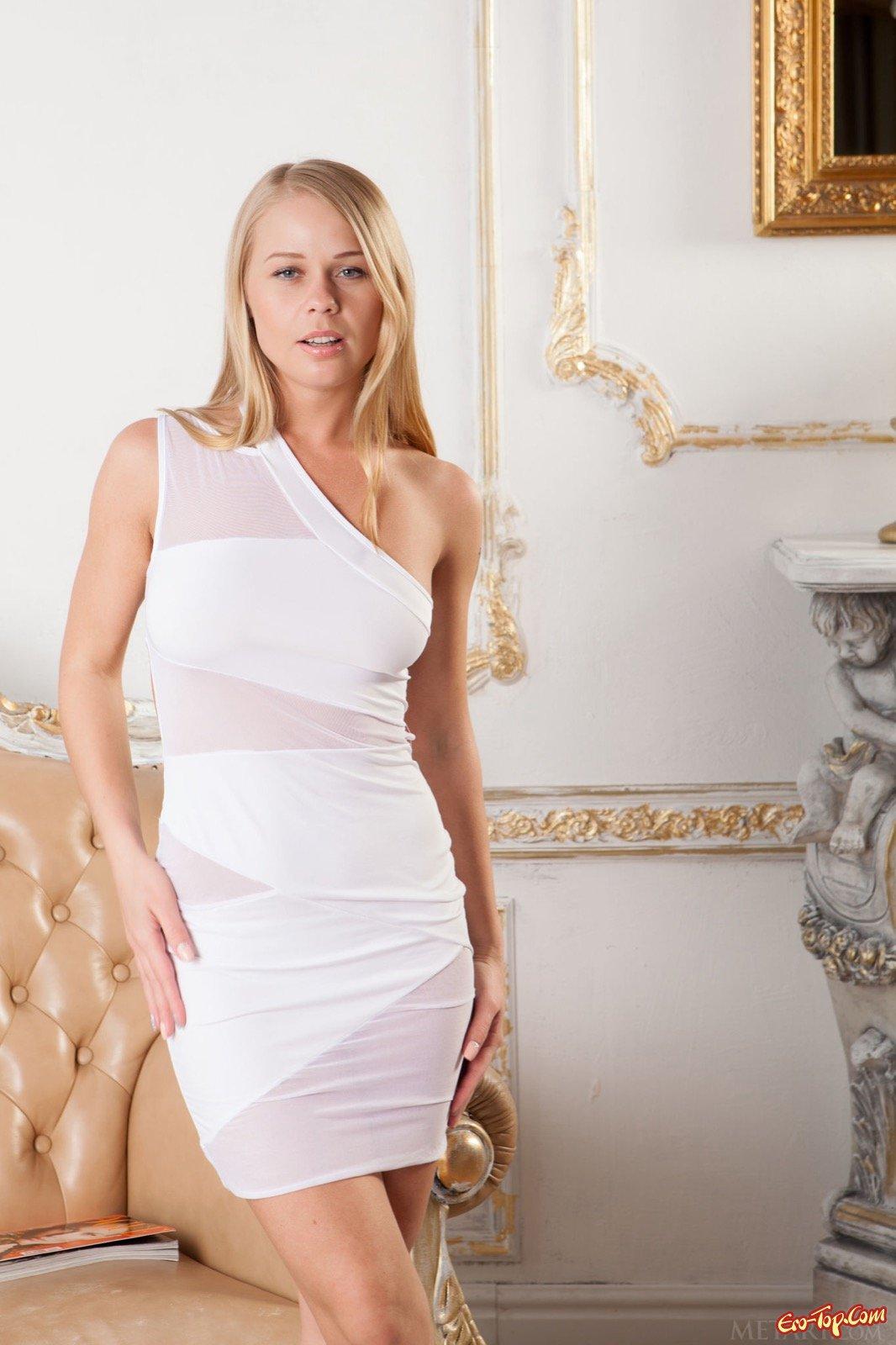 Изящная светлая модель с сексапильными формами стащила платье