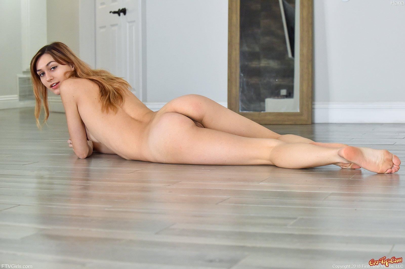 Красавица с большими сосками показала голое тело