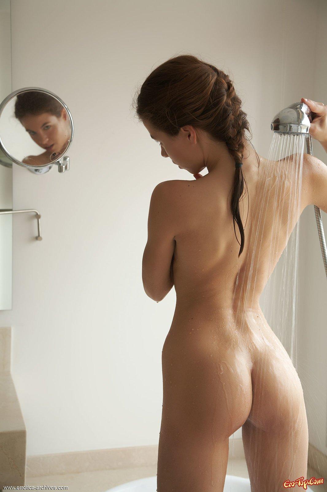 Раздетая сучка намочила писю и тело в ванной секс фото