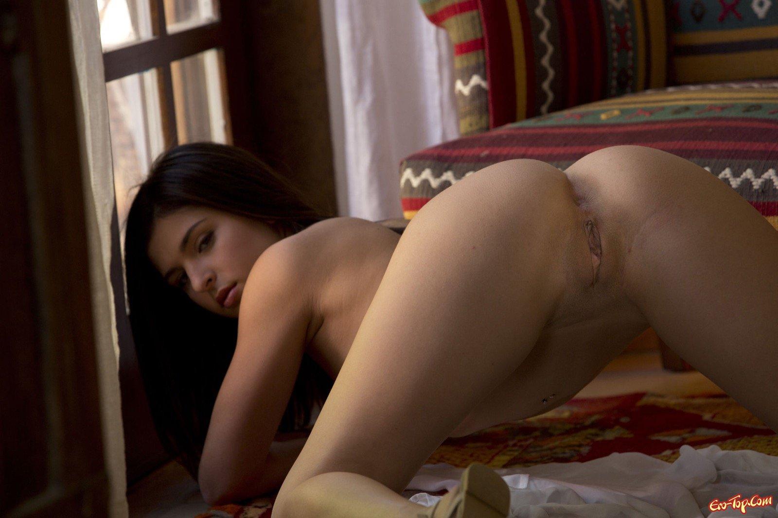Красивая голая попочка сексуальной девушки